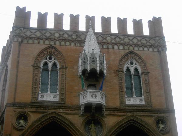 Palazzo della mercanzia for Dormire a bologna centro storico