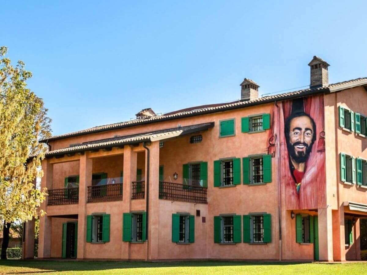 Musica Maestro! A Modena si celebra  Luciano Pavarotti con l'arte 1